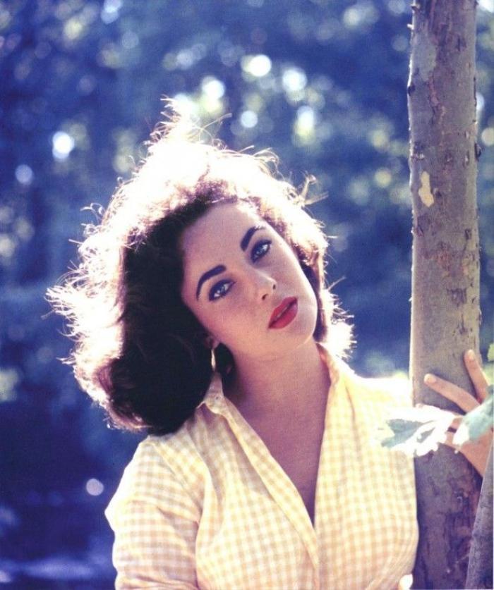 Liz Taylor, người đàn bà mắt tím gây mê hoặc thế giới bằng lối make up đậm chất thập niên 50s.