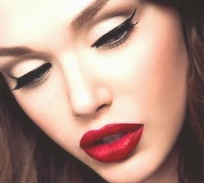 Sự ra đời của kiểu vẽ mắt mèo đầu tiên càng tôn nên vẻ đẹp sắc xảo cho đôi môi