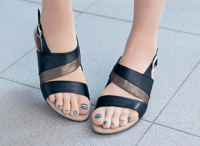 Hình ảnh quảng cáo chứng minh những cô nàng có bàn chân không đẹp cũng có thể sử dụng kiểu tất này.