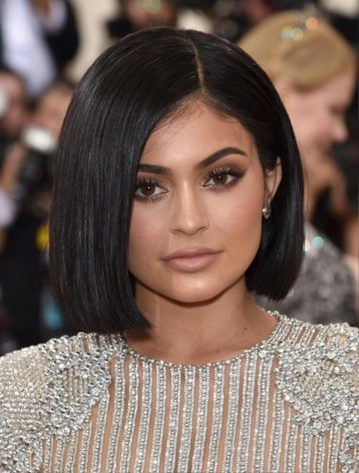 Kylie Jenner chọn cách trang điểm đơn sắc và lựa chọn kiểu tóc bob tông màu tự nhiên đầy mê hoặc.