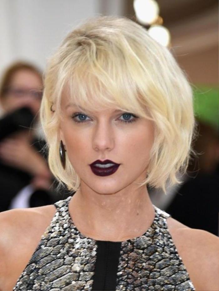 aylor Swift ngày càng cá tính từ cách chọn trang phục cho tới kiểu tóc, son môi. Màu son đậm của cô tôn làn da trắng và đem đến hình ảnh mới mẻ cho công chúng.