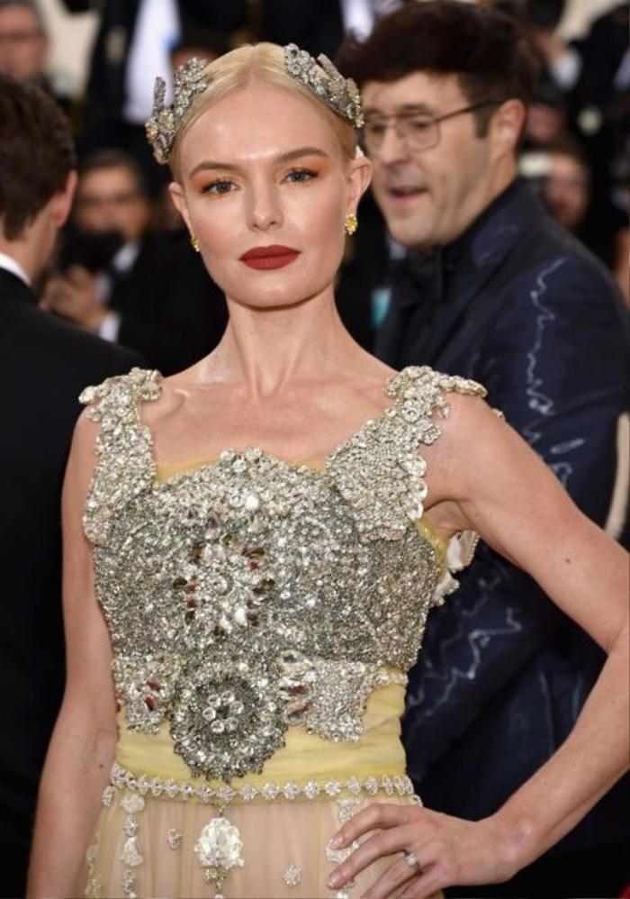 Kate Bosworth được trang điểm bởi chuyên gia gốc Việt Hung Vanngo và làm tóc cầu kỳ hợp bộ váy bởi Peter Gray.