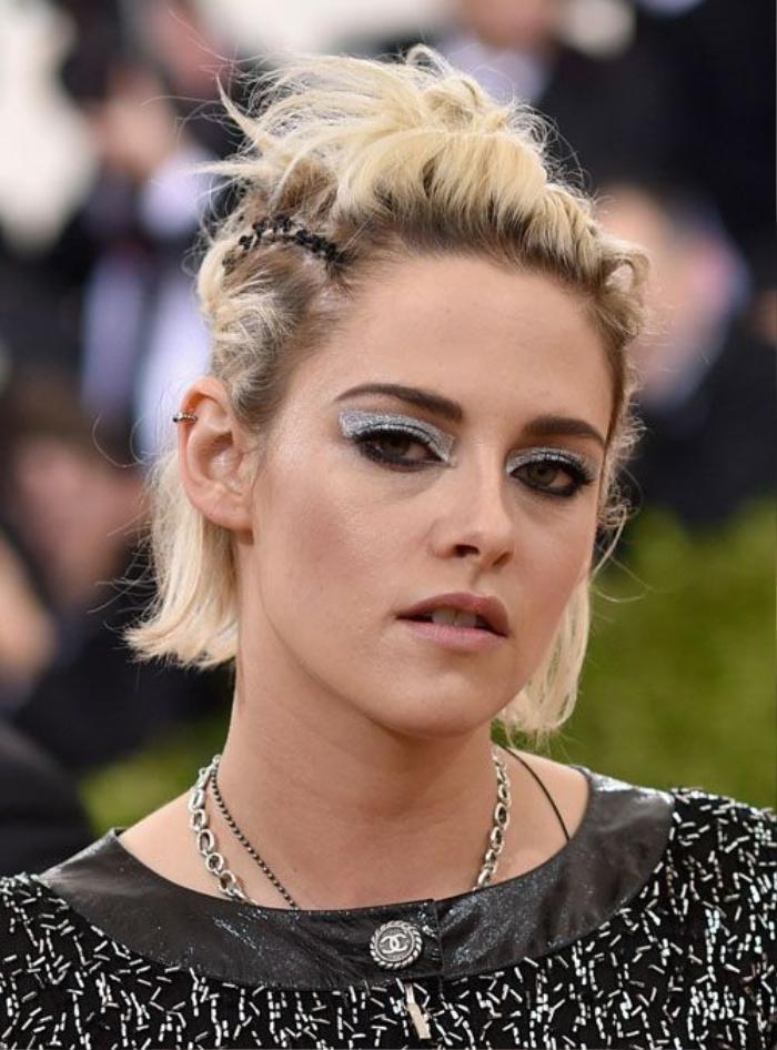 Kristen Stewart luôn biết cách lựa chọn hình ảnh để mới mẻ trong mắt fan. Lần xuất hiện này, nữ diễn viên chọn kiểu tóc đánh rối và tạo điểm nhấn bằng cách tạo khối cho mắt bằng màu ánh bạc
