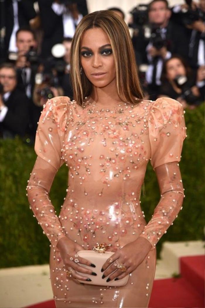 Beyoncé chọn mắt tông màu mắt xanh đậm và son nude cùng tông váy trên thảm đỏ.