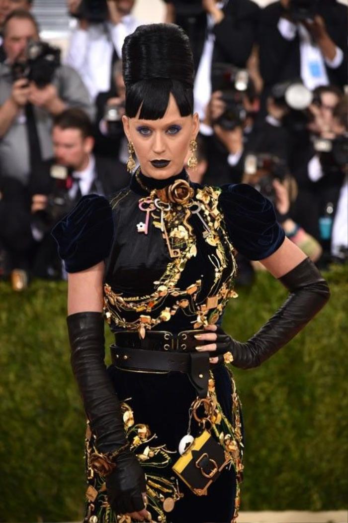 Katy Perry chọn kiểu tóc và trang điểm tông màu tối ăn nhập với trang phục khi xuất hiện.