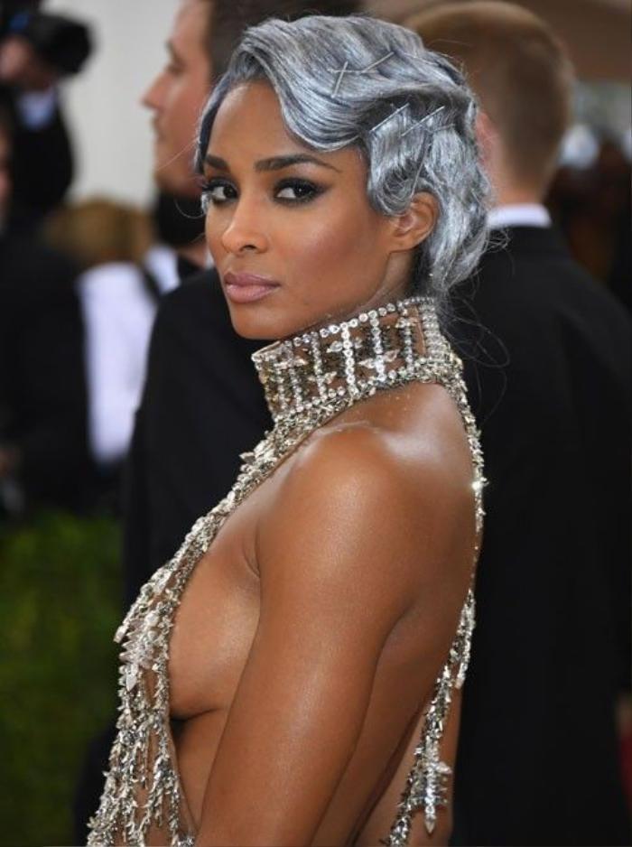 Ciara ấn tượng tuyệt đối với kiểu tóc cổ điển màu ánh bạc, mắt khói được kẻ vẽ phù hợp khiến cô trở nên kiêu kỳ hơn trong bộ đồ sexy.