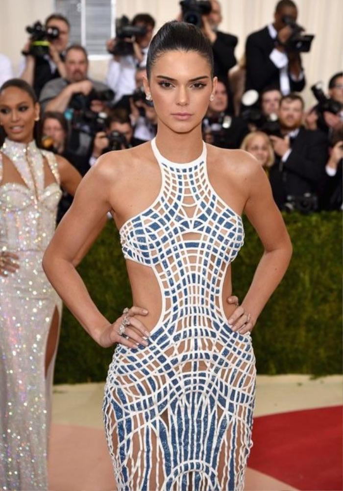 Kendall Jenner chọn kiểu tóc buộc đuôi ngựa mạnh mẽ và tạo điểm nhấn tập trung cho đôi mắt khi dùng son môi màu nude.