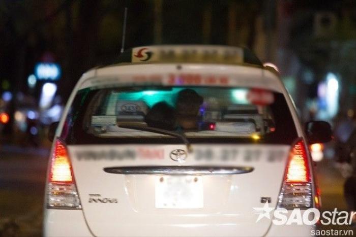 Cả hai di chuyển bằng xe taxi.