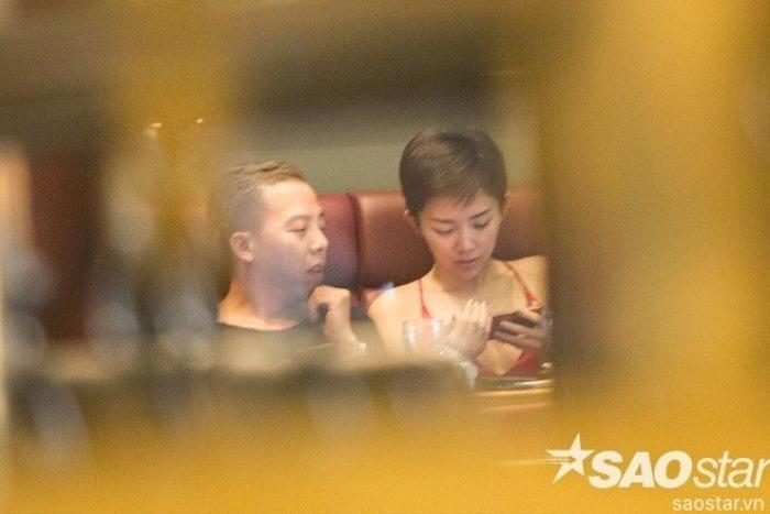 Hoàng Touliver di chuyển sang ngồi cạnh nữ ca sĩ