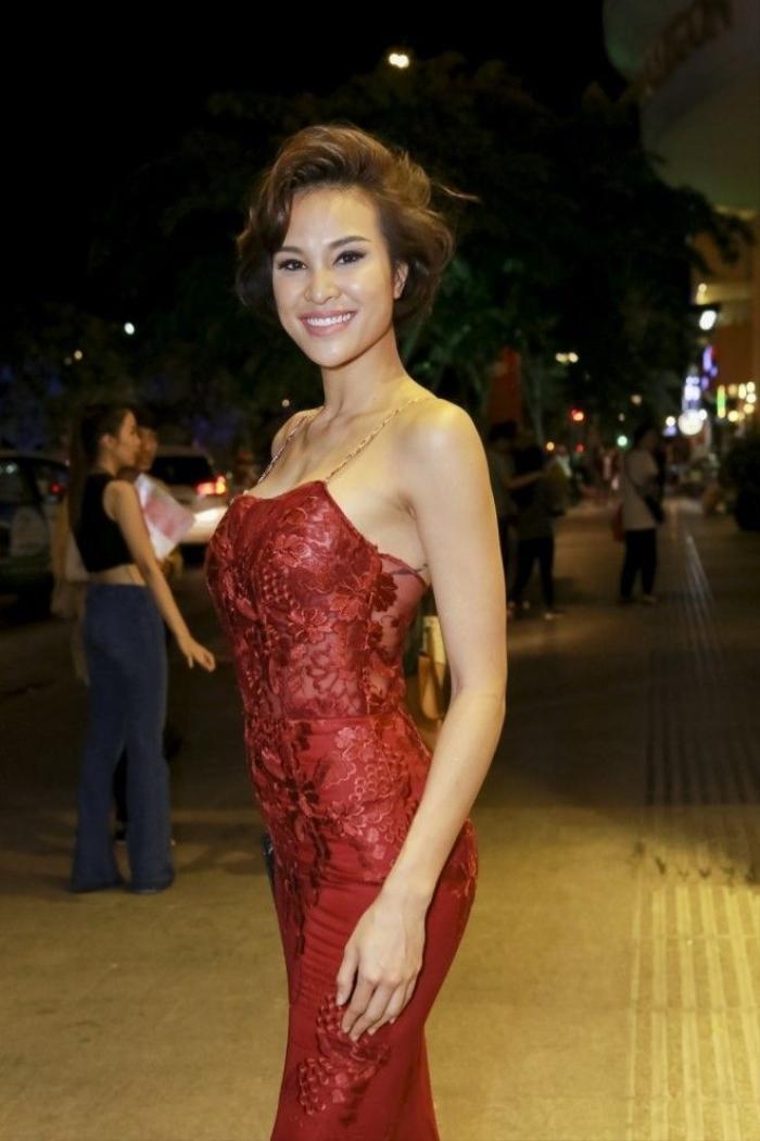 Phương Mai trong đêm mở màn VDFW cũng chọn tông nude làm điểm nhấn