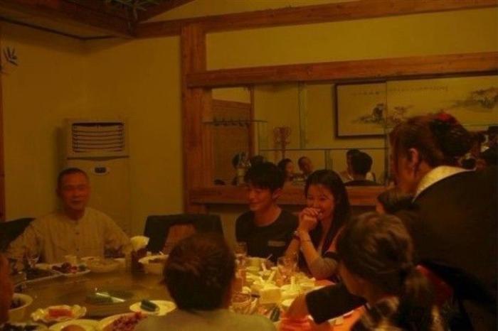 Hoắc Kiến Hoa chưa bao giờ vắng mặt trong tiệc sinh nhật bạn gái. Anh luôn ngồi cạnh cô.