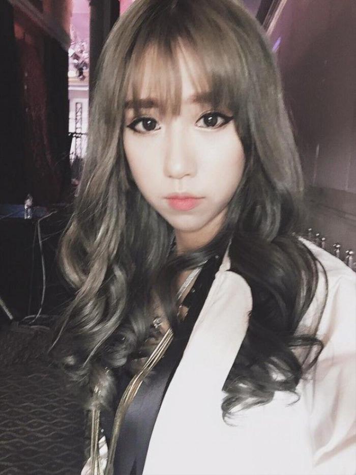 Kiểu tóc dài với mái thưa của Min sẽ giúp các cô nàng có gương mặt dài trông gọn gàng hơn.