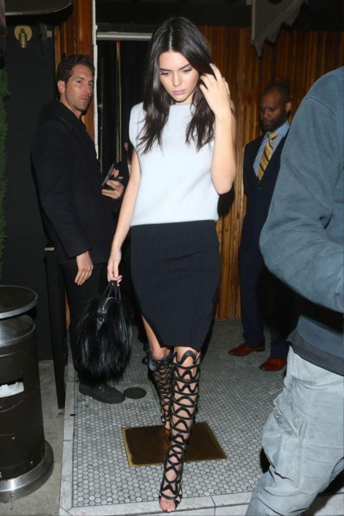 Kendall Jenner khoe tôn triệt để đôi chân dài thon thả.