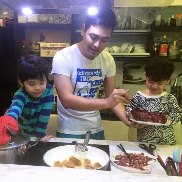 Phan Anh luôn  cố gắng  cân bằng giữa công việc và vai trò làm cha để tạo cho các con môi trường phát triển tốt nhất.