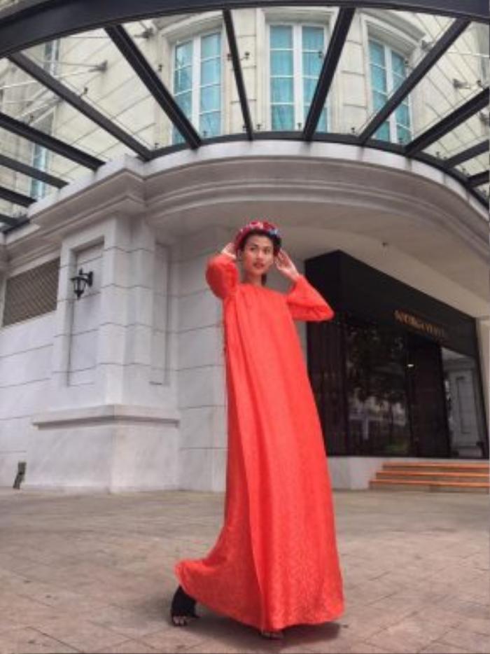 Cao Thiên Trang xuất hiện trên đường phố Sài Gòn với trang phục bay bổng từ NTK Thuỷ Nguyễn kết hợp cùng mấn đội đầu thêu hoa.