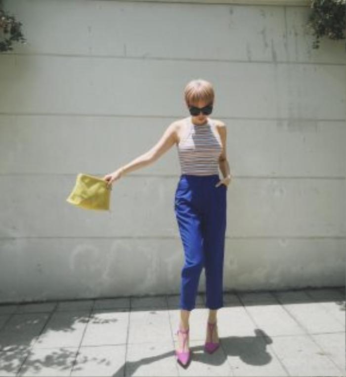 Tóc Tiên xuống phố với set đồ tối giản nhấn nhá bằng loạt phụ kiện bắt mắt với clutch, giày cao gót màu neon rực rỡ.
