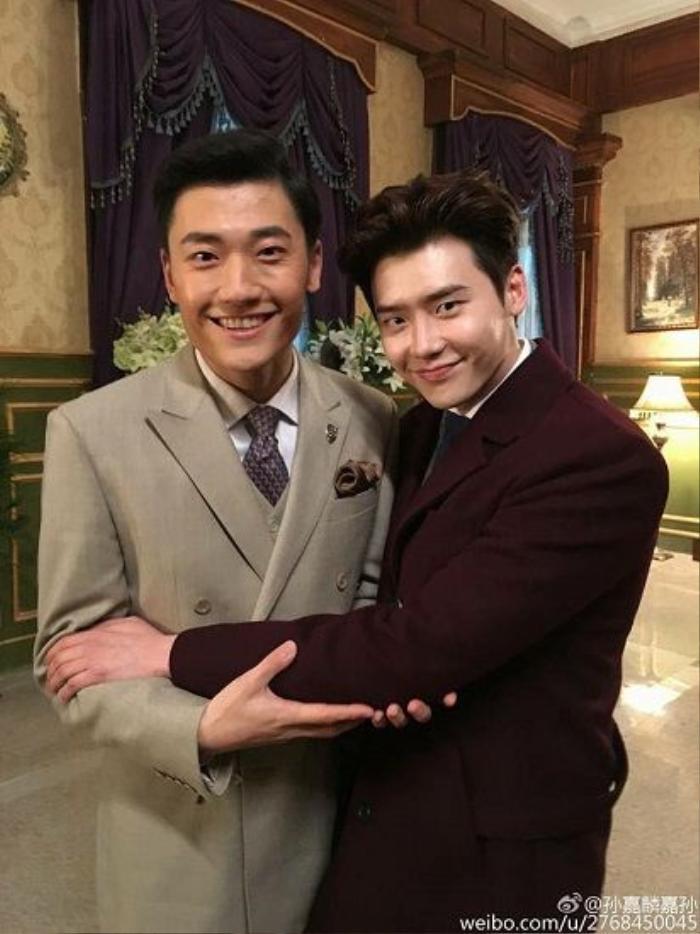 Lee Jong Suk chụp cùng đàn anh trong phim