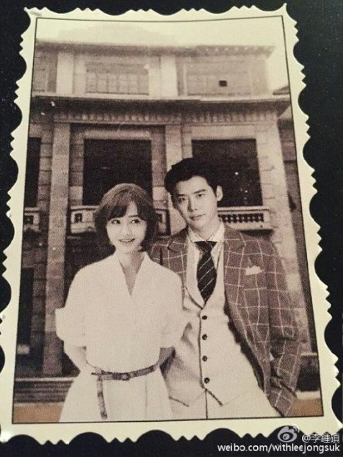 Lee Jong Suk ra dáng công tử tô quý khi đứng cạnh người đẹp