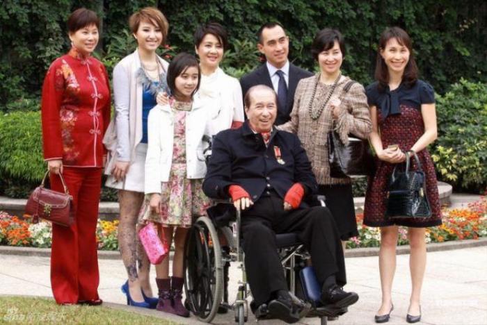 Hà Hồng Sân không có bức ảnh nào đủ mặt cả gia đình, các bà vợ không bao giờ chụp ảnh chung với nhau.