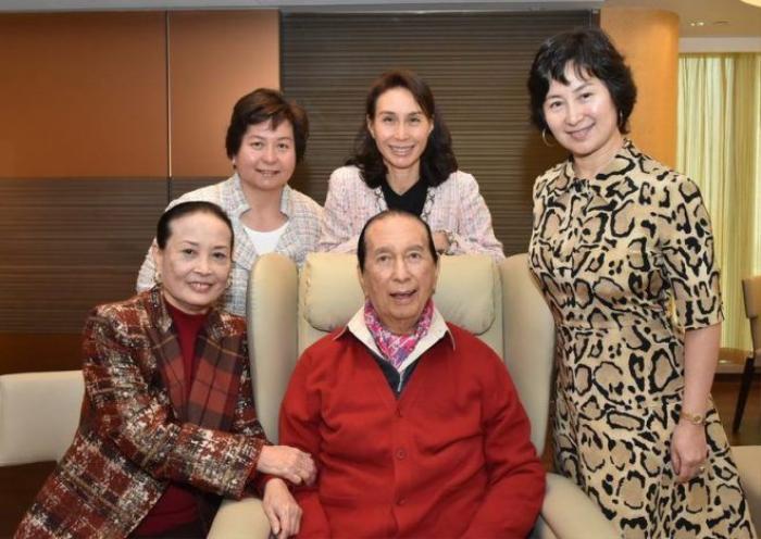 Vợ hai (bìa trái) và các con gái chụp cùng Hà Hồng Sân trong ngày sinh nhật của ông. Bà là người vợ ông yêu thương nhất.