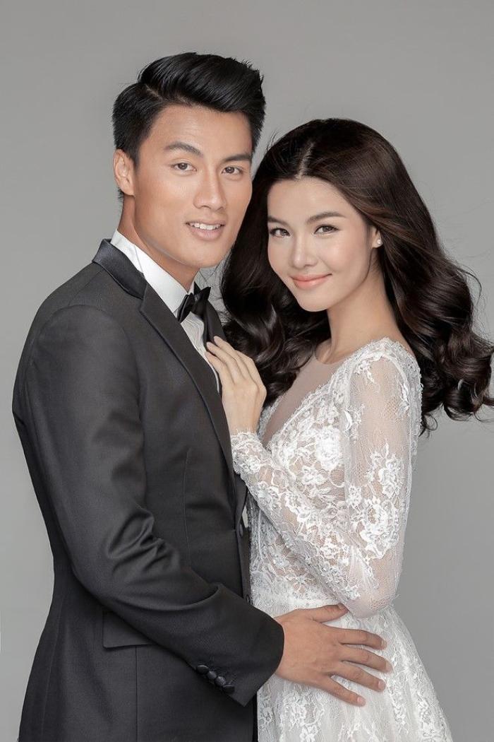 Trước buổi tiệc diễn ra vào ngày 26/6, tại TP HCM, cặp đôi của làng thể thao, giải trí Việt tung ảnh cưới. Cô dâu chú rể diện trang phục của Chung Thanh Phong rạng ngời trong từng khung hình.