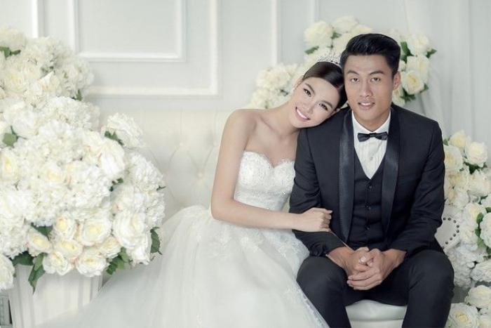 Trong ảnh, chàng cầu thủ diện vest đen lịch lãm. Cô dâu 22 tuổi quyến rũ trong bộ đầm cưới phom cúp ngực.