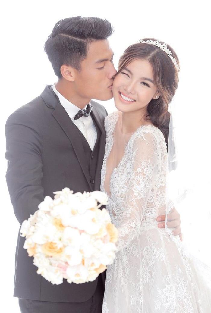 Cặp đôi thay đổi nhiều bộ cánh để ảnh cưới thêm sinh động. Cô dâu diện đầm ren trong, cổ chữ V sâu gợi cảm, mái tóc cài băng-đô điệu đà.
