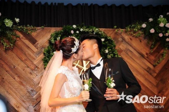 Cô dâu chú rể tiếp tục trap cho nhau những nụ hôn ngọt ngào, đầy mật ngọt yêu thương.