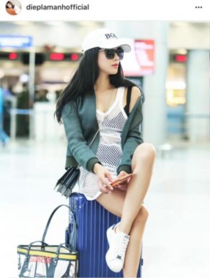 Diệp Lâm Anh chọn cho mình phong cách thời trang năng động, khoẻ khoắn trong chuyến đi du lịch của cô nàng với bomber jacket, giày sneaker trắng và mũ lưỡi trai.