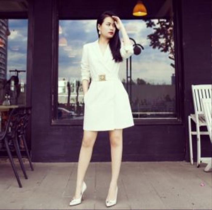 Hoàng Thuỳ Linh diện cao gót Versace và blazer Versace Jeans màu trắng vừa thời thượng lại vô cùng thanh lịch.