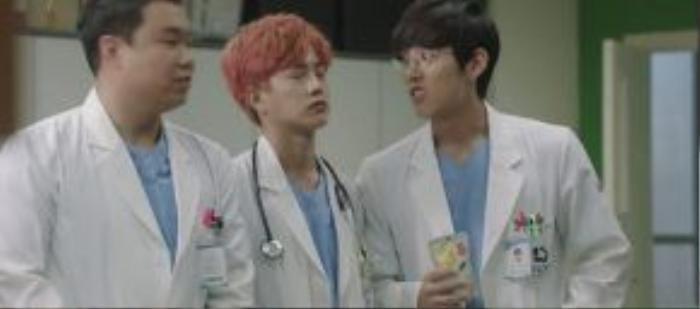 Đám bác sĩ thực tập trẻ chính là tuyến gây cười của bộ phim. Giúp cho mạch phim bớt nặng nề căng thẳng.