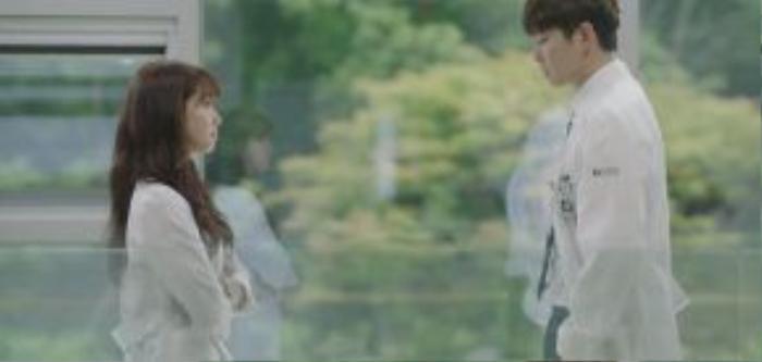 Mối quan hệ của bác sĩ Jung Yoon Do và Hye Jung cũng đang dần thay đổi và báo hiệu sẽ thú vị hấp dẫn. Hai vị bác sĩ đều trẻ tuổi tài cao, ban đầu sẽ có những cọ xát tranh đua chuyên môn thú vị.