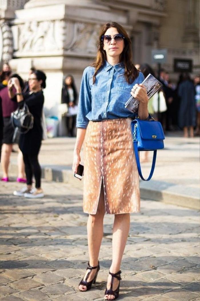 Diện chân váy xẻ mix cùng áo sơ-mi hay áo blouse lụa và giày cao gót thích hợp để chị em đi làm, đi tới những nơi trang trọng lịch sự.