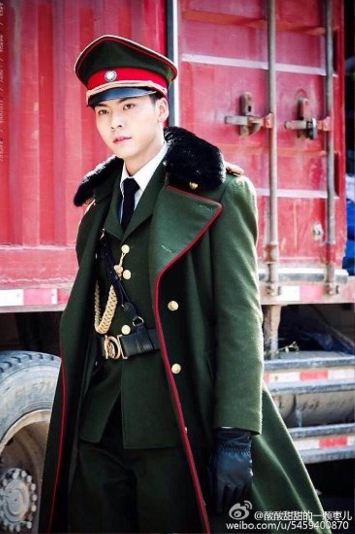 Trương Khải Sơn (Trần Vỹ Đình) đảm nhận chức vụ sĩ quan canh phòng phân khu Trường Sa của Quốc Dân Đảng - đề đốc Cửu Môn đồng thời là truyền nhân của gia tộc đào mộ, biệt hiệu là Trương đại phật gia.