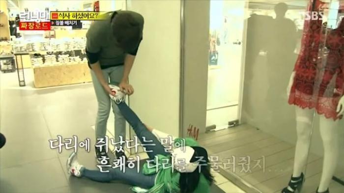Kwang Soo chăm sóc Ji Hyo khi cô bị đau chân.