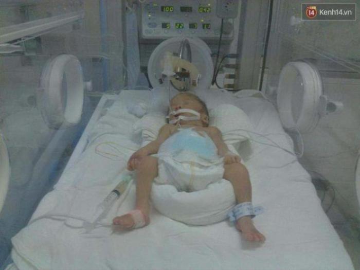 Con trai chị hiện đang được các bác sĩ tích cực theo dõi.