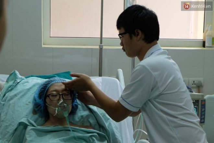 Chồng chị Trâm luôn bên cạnh chăm sóc cho vợ.