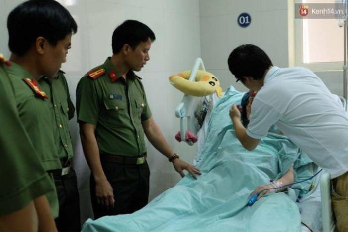 Nhiều cán bộ chiến sĩ đồng nghiệp cũng đến thăm hỏi, động viên gia đình.
