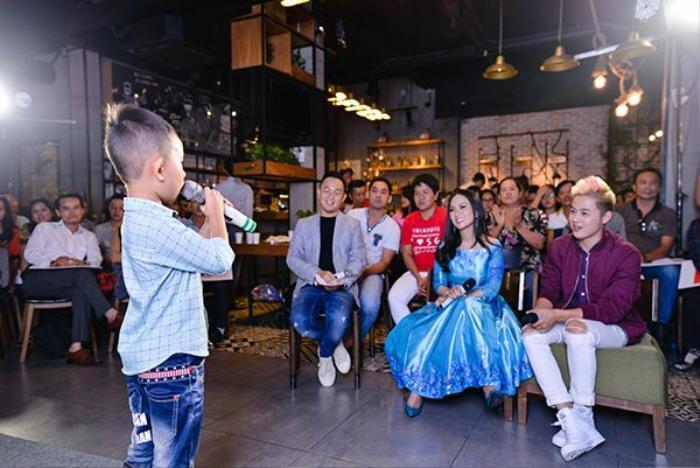 """Một fan nhí 6 tuổi trình bày ca khúc Nỗi buồn mẹ tôi đã """"đốn tim"""" Hà Phương."""