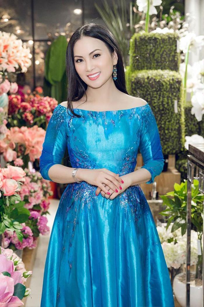 Nữ ca sĩ Hà Phương xinh đẹp với bộ váy màu xanh.