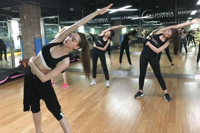 Vốn là người chăm tập Yoga và thể dục, Hồ Ngọc Hà có đầy đủ các kiến thức và kĩ năng bài bản để hướng dẫn cho các thí sinh trong team của mình.