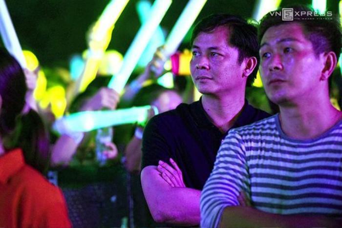 Phía dưới sân khấu, đại gia Chu Đăng Khoa âm thầm theo dõi bạn gái biểu diễn.