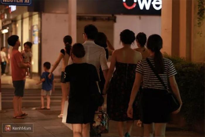 Sự xuất hiện của bạn trai Văn Mai Hương nhanh chóng thu hút nhiều quan tâm của mọi người.
