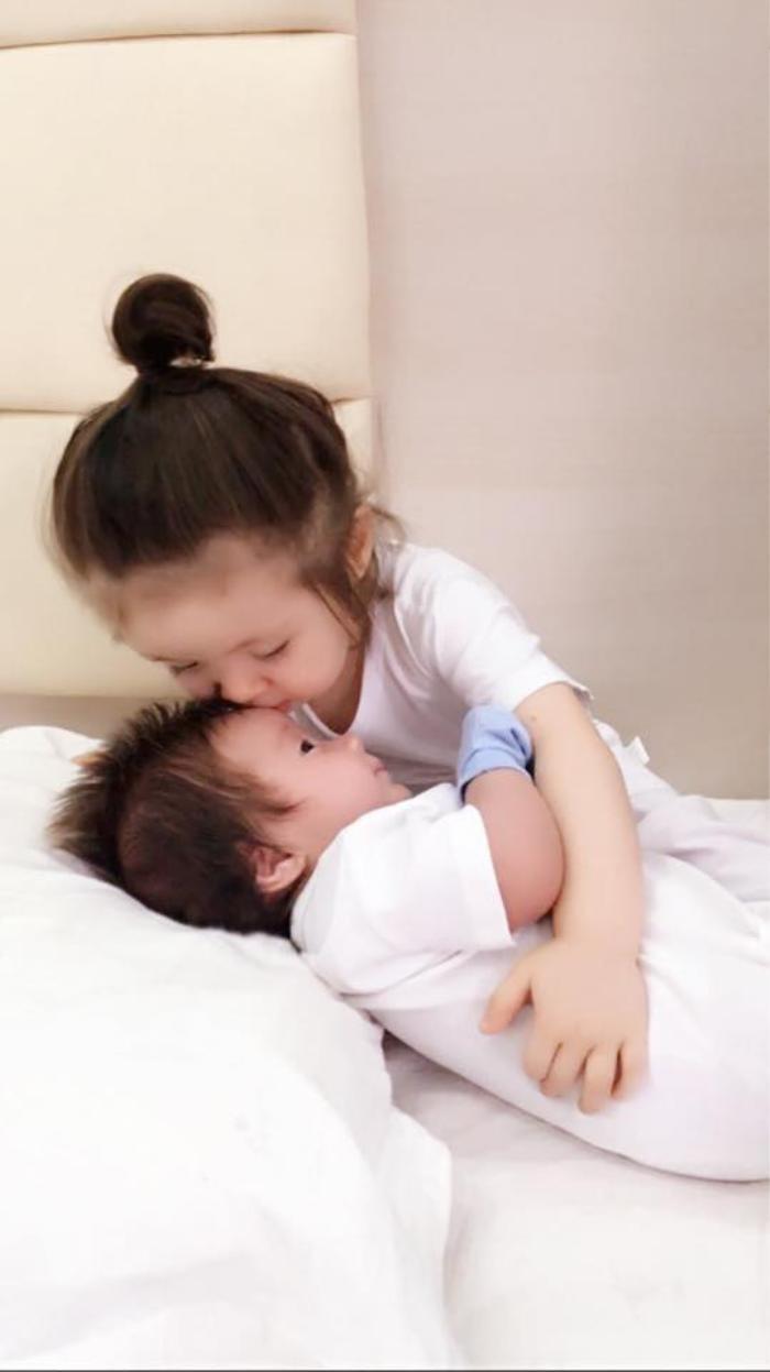 Hinh ảnh đầu tiên về bé Alfie Túc Mạch được Elly Trần tiết lộ vào ngày 5/1/2016 khiến người hâm mộ xôn xao và bấn loạn. Đặc biệt, không ngớt lời khen vẻ đáng yêu của hai chị em Cadie.