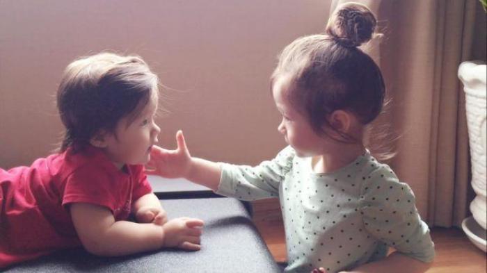 """Niềm vui nho nhỏ thứ 2: Được ai cho món ăn gì thì Cadie cũng chạy lại đút em rồi nói """"Alfie boy ăn ngon đi"""", sau khi em nhai xong thì vuốt mặt em hỏi """"Alfie ngon ko? Alfie ngon hả?""""."""