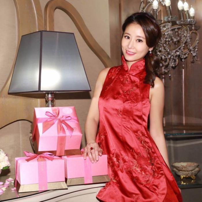 Cô dâu Lâm Tâm Như diện trang phục truyền thống màu đỏ bên những món quà tặng các vị khách mời.
