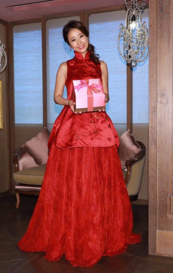 Bộ váy rộng khéo léo giúp Lâm Tâm Như che đi bụng bầu.