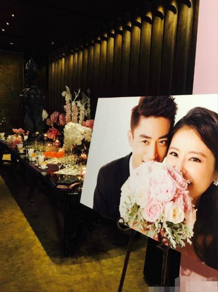 Không gian tiệc cưới của Lâm Tâm Như - Hoắc Kiến Hoa ngập màu tím lãng mạn.
