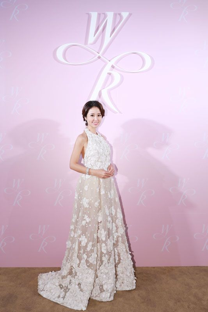 Lâm Tâm Như tiếp tục thay bộ váy thứ 3 ren trắng.