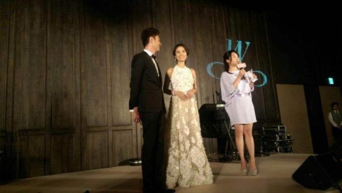 Tại bữa tiệc ở Đài Loan, cặp đôi có nhiều thời gian tâm sự và giao lưu với bạn bè thân thiết.
